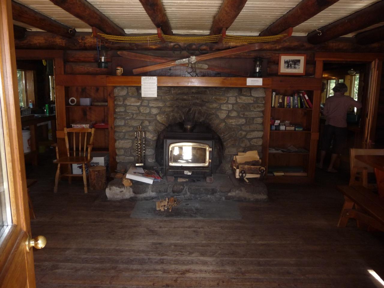 小屋にあるカナダらしい趣のある暖炉