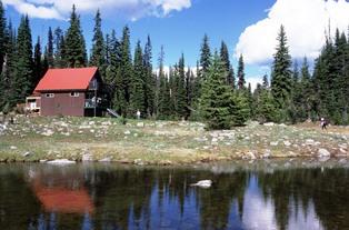 大きな湖の近くに建つファイト・メドウ小屋