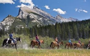 バンフで乗馬体験を楽しむ
