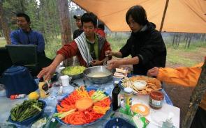 地元の食材を使った食事作りも楽しみ