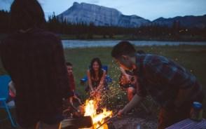夜はお待ちかねの焚火タイム 写真提供:Banff Lake Louise Tourism