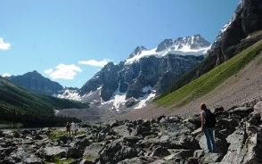 クアドラ氷河の景色が広がるコンソレーションレイク