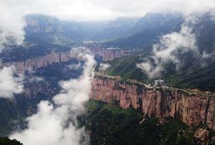 南太行山の絶景を俯瞰、断崖の縁を写真中央から左に縦走(4日目)