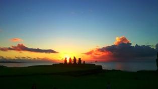 タハイ遺跡のモアイ像と夕陽