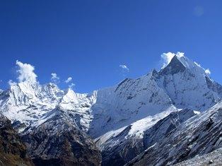 アンナプルナBCから望むガンダルバチュリ(左6,248m)とマチャプチャレ(右6,993m)