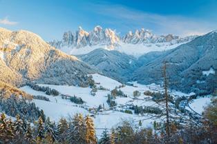 まるで絵画のように美しい冬のフネス谷