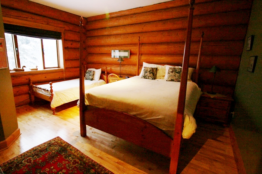 本館スタンダードルーム一例(本館と別館の部屋で2名〜4名利用にな ります。)
