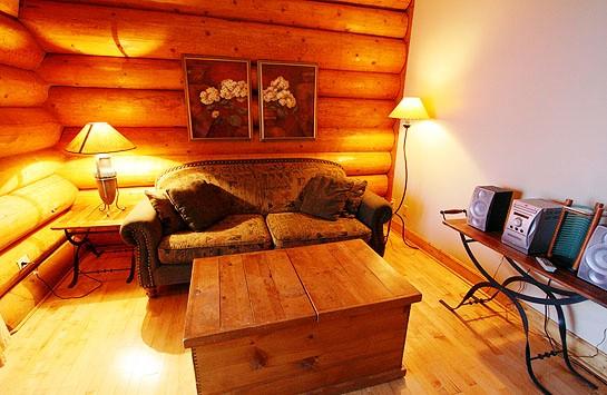 本館デラックスルーム一例(2名様まで利用できる本館の一室です。 室内には2つの寝室とリビングスペース、 簡易キッチンがあります。)