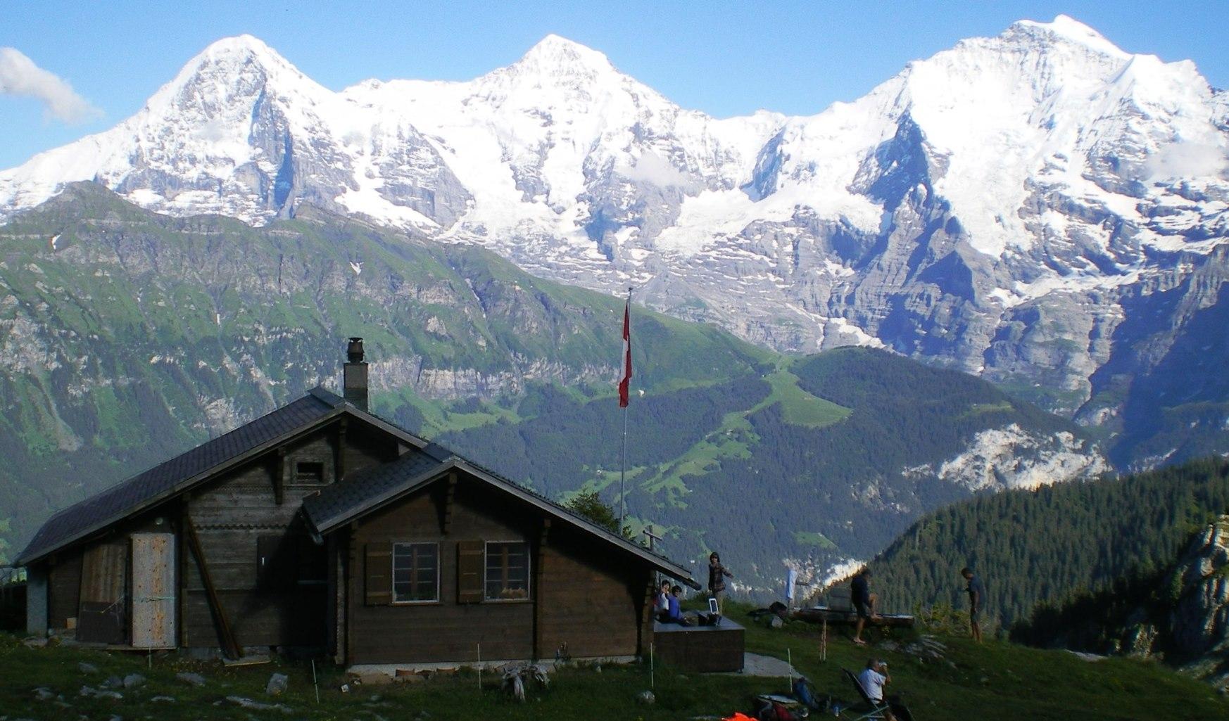 ベルナー・オーバーラント三山を正面に望む
