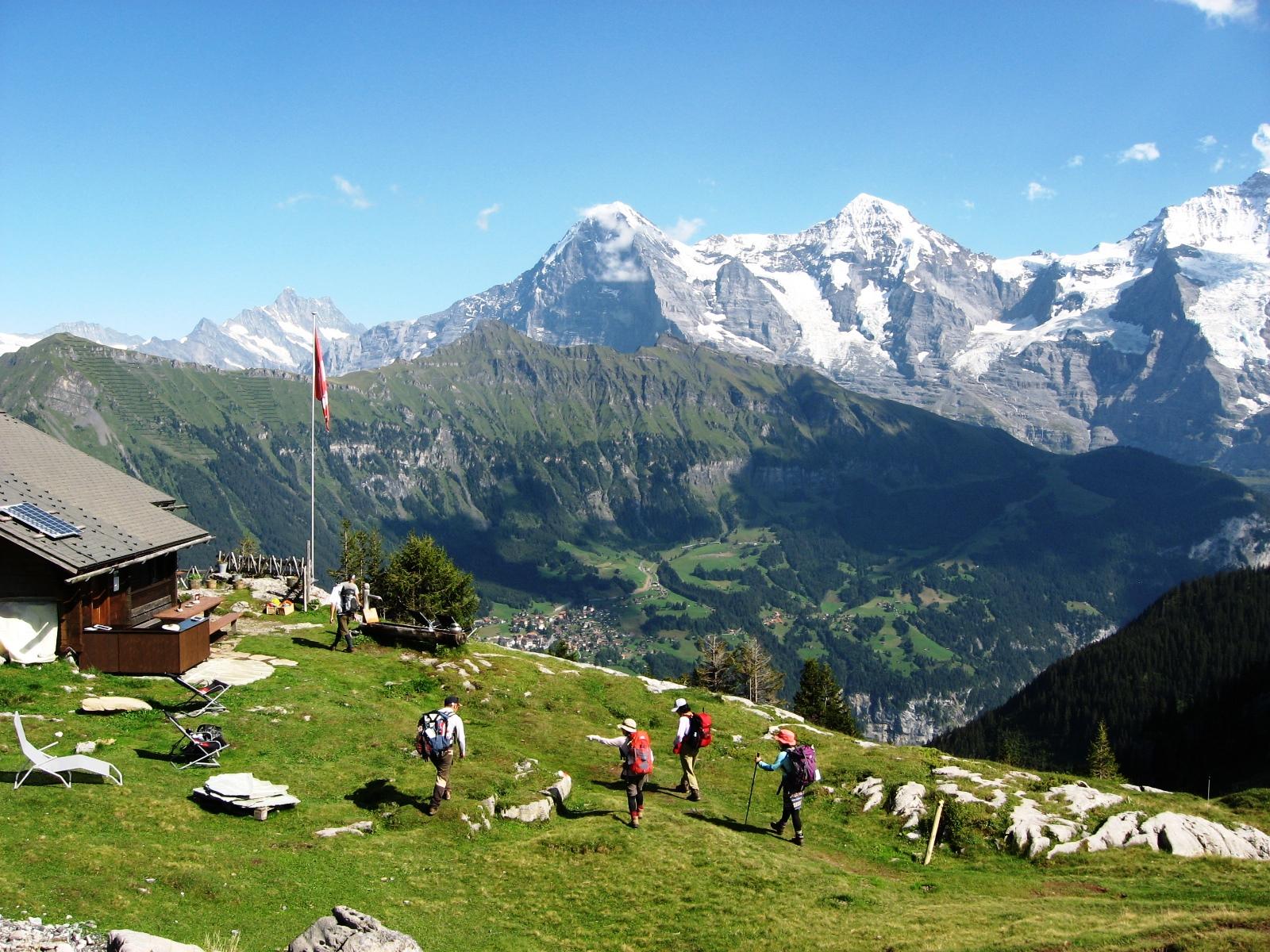 ロープホルン小屋(左)からベルナー・オー バーラント三山を望む。絶好の山岳展望が自 慢の山小屋