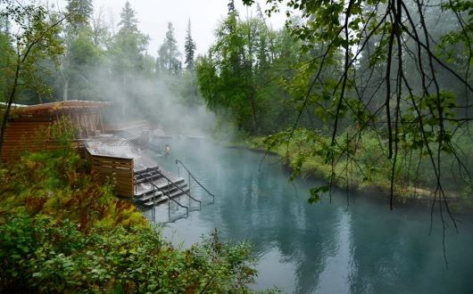大自然に囲まれた秘湯リアード・リバー温泉。水着着用で入浴を楽しみます