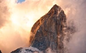 フィッツロイBCから雲湧く夕陽のフィッツロイ峰を見上げる