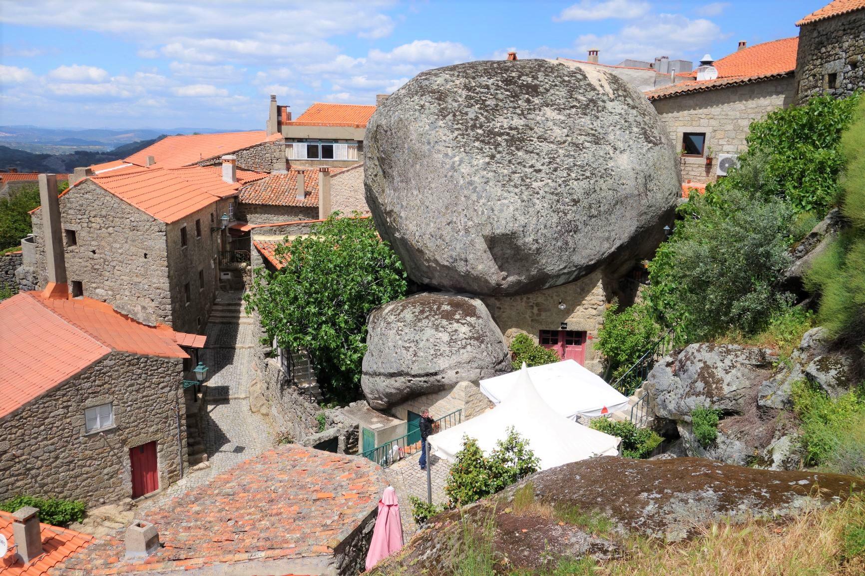 大岩の間に建てられたモンサント村の家々(6日目)