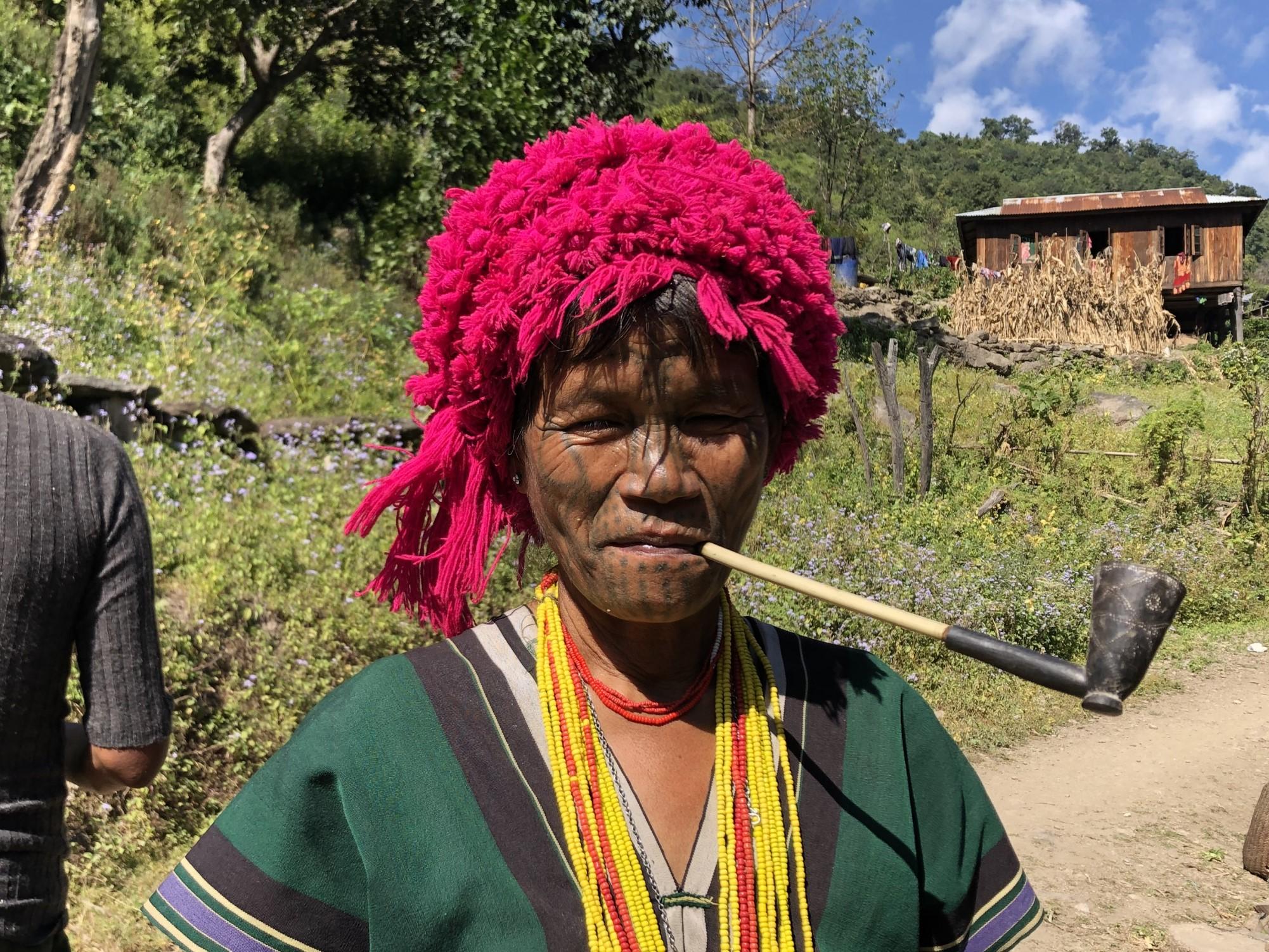 顔に刺青を入れたチン族の女性(3日目)