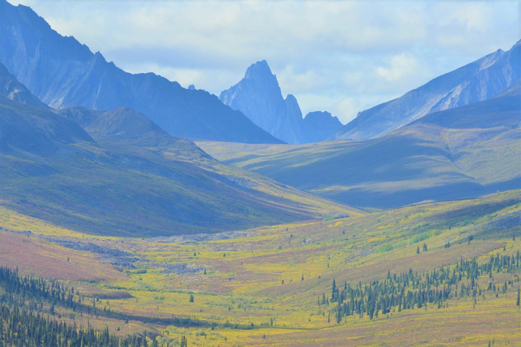 トゥームストーン準州立公園の急峻な山並み