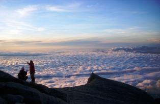 朝日に染まる頂上台地とキナバルサウスピーク