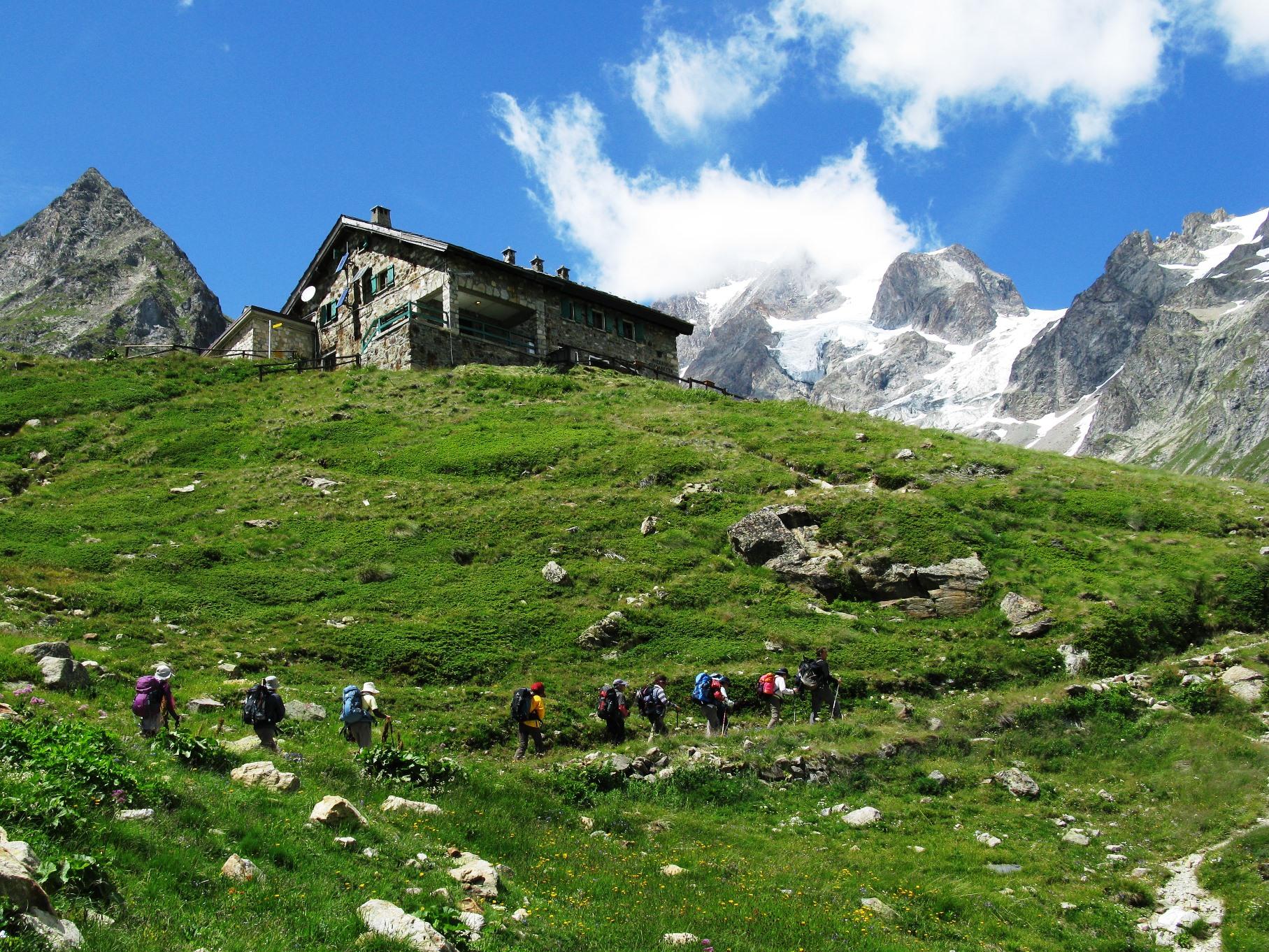 トレラテート針峰と氷河をすぐ背後に抱 える素晴らしいロケーションに建つ山小屋。 イタリアだけあって食事もおいしいと好評。