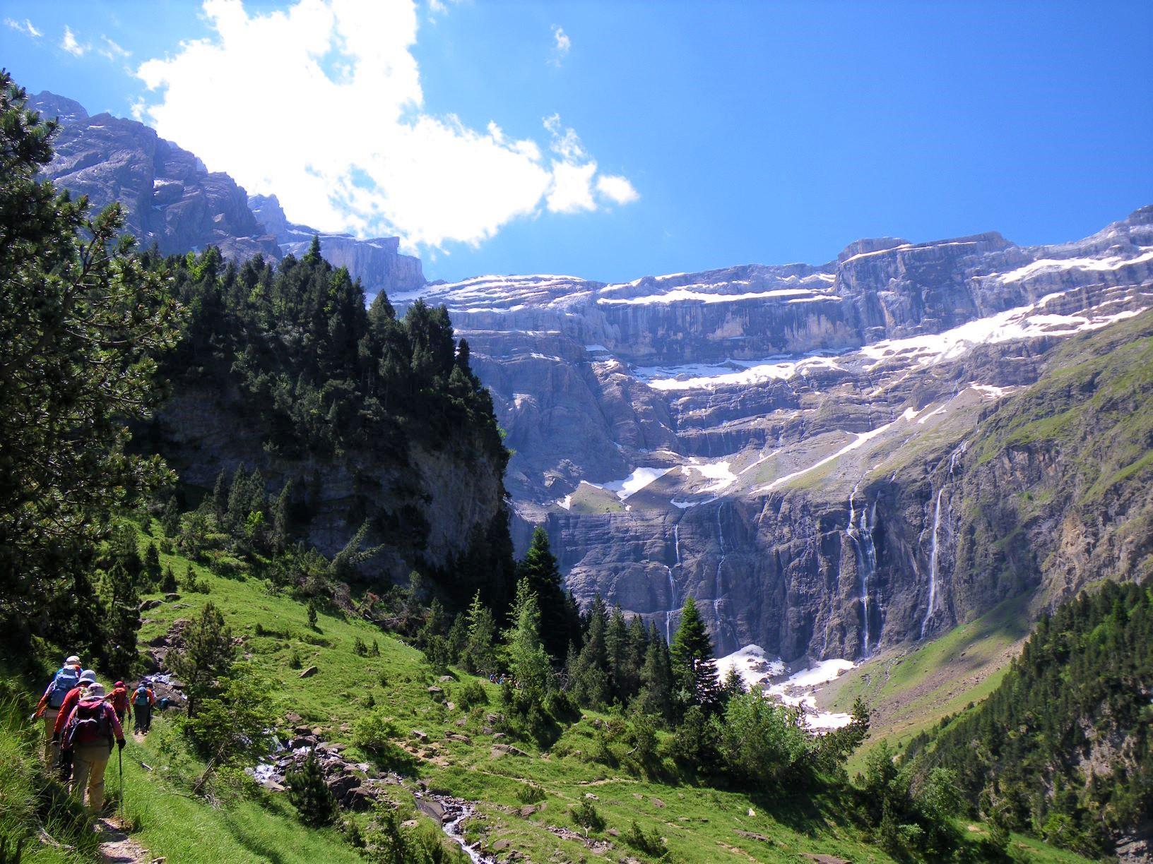 岩壁がそびえるガバルニー大圏谷にはいくつもの滝が流れ落ちる(3日目)