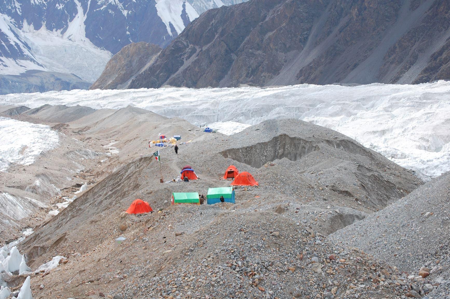 アブルッツィ氷河上にあるガッシャーブルムベースキャンプ