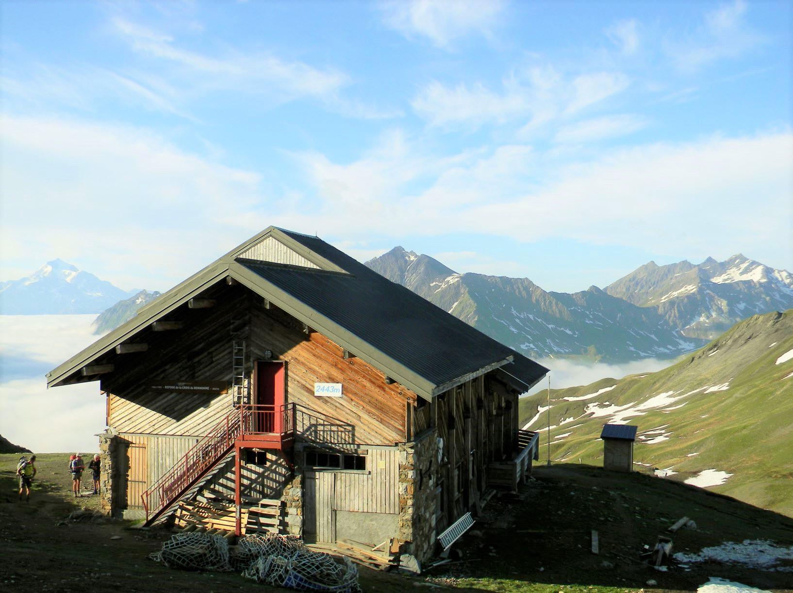 クロワ・デュ・ボンノムのコルのすぐ下、標高2,433mに建つ山小屋です。食後のデ ザートが好評です。