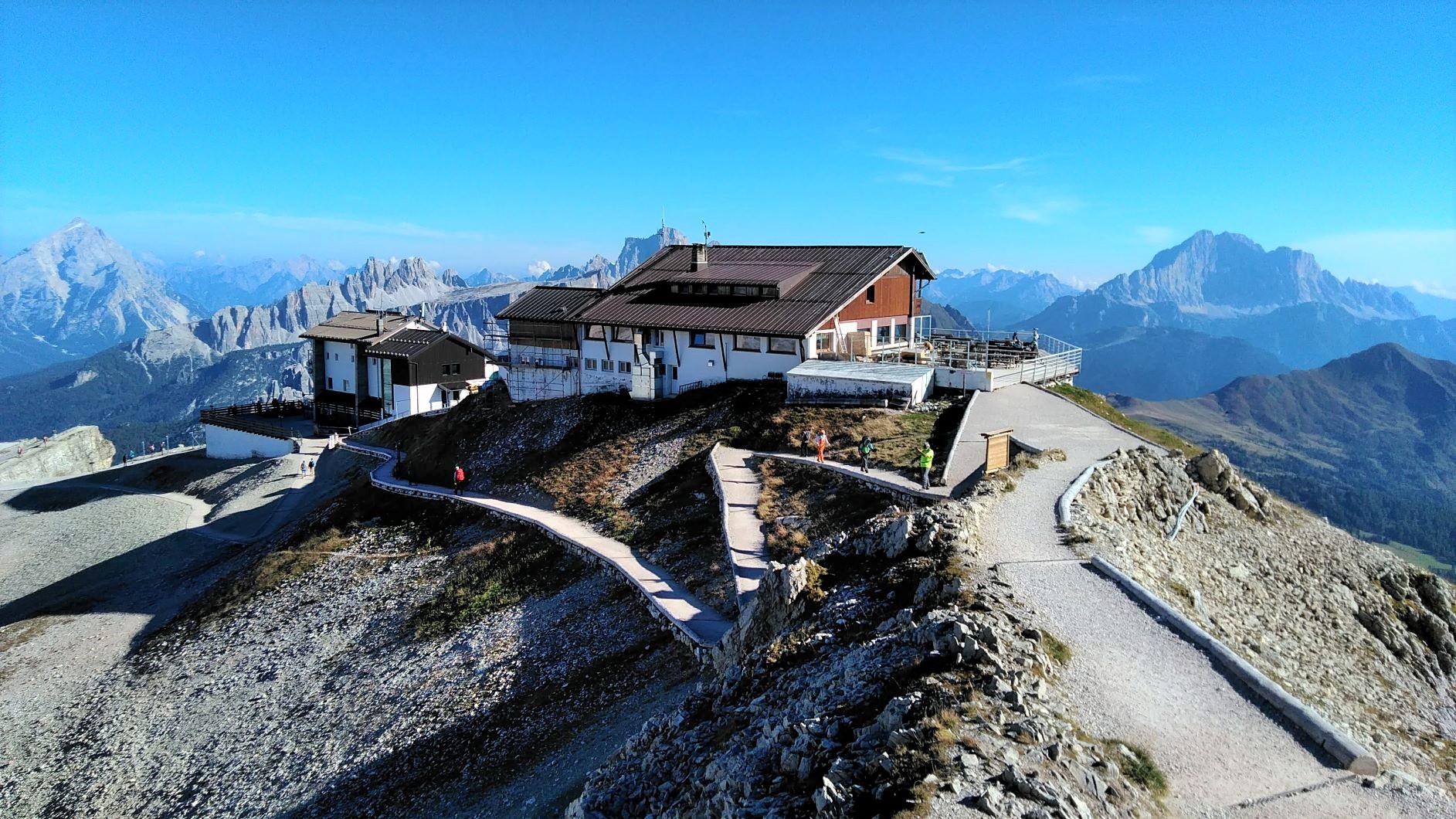 好展望地に建つラガツォイ小屋