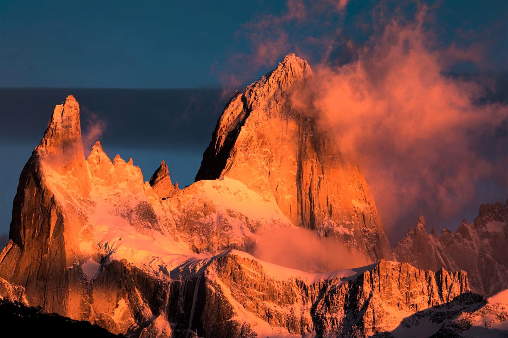 雲湧き、朝陽に染まるフィッツロイ峰の勇姿