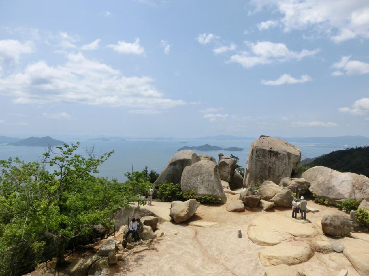 大岩の点在する弥山の山頂