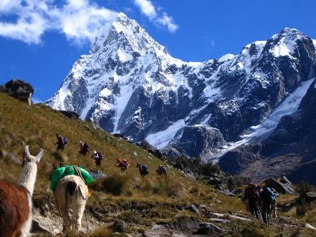 プレ・インカ時代の古道をたどり、タウリラフ直下のウニオン峠(4,750m)を越える