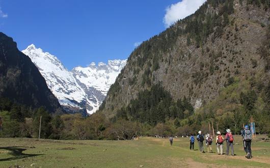 雨崩からメツモ(6,054m)やジャワリンガ(5,470m)を眺めながら神瀑へ