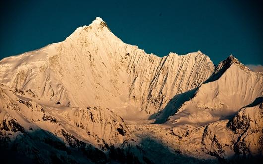 飛来寺から望む朝焼けに染まる梅里雪山・主峰カワカブ(6,740m)