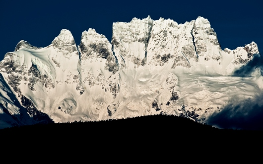 奇峰ジャワリンガ(5,470m)を飛来寺から望む