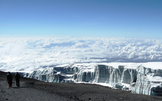 赤道直下の氷河が輝く(温暖化の影響で融解がすすむ氷河、貴重な眺めです)