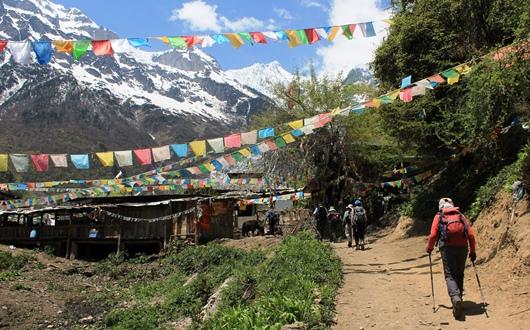 聖山・梅里雪山を望む太子廟(2,900m)へ