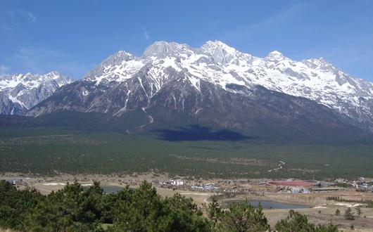 麗江の北に聳える玉龍雪山(5,596m)