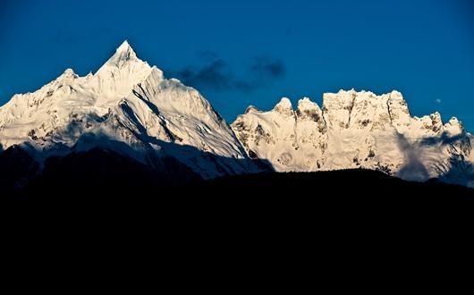 尖峰メツモ(6,054m)と奇峰ジャワリンガ(5,470m)を飛来寺から望む