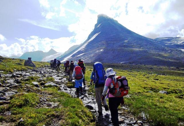 キルキャ峰を右手にビス谷を進む
