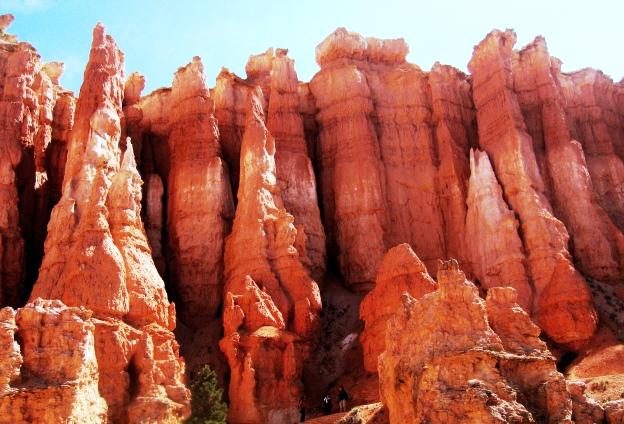奇石岩塔が立ち並ぶ中を歩くブライスキャニオン