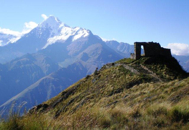 太陽の門と秀峰ベロニカ山