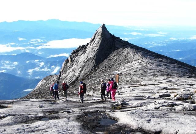 花崗岩の雄大な頂上大地を下ってゆく