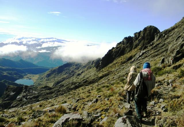 頂上稜線から眼下にピュンデ湖を望む
