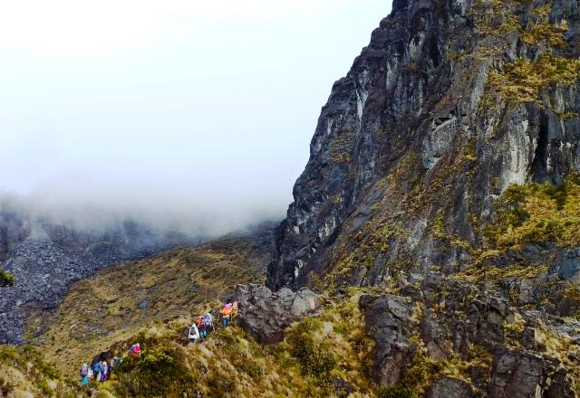 稜線に上がると長い岩稜帯が続きます