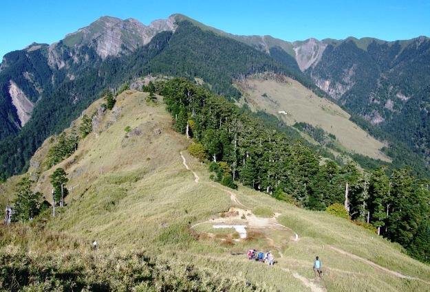 雪山を望みつつ三六九山荘(3,200m)へ尾根を行く