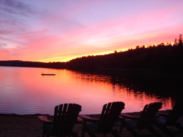夕陽に染まるロッジ前の湖