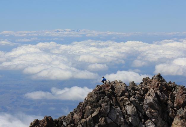 タラナキ山頂からのぞむ雲海に浮かぶルアペフ山