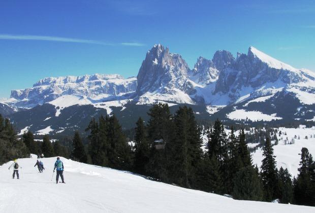 ドロミテの岩峰を眺めながらのスキー