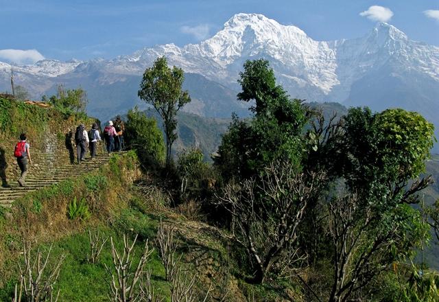 山麓に暮らす村の生活道を歩きヒマラヤを仰ぐ