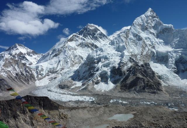 カラパタールの途上、迫力あるエベレストを仰ぎ見る