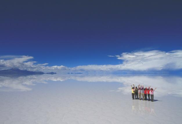 まさに「天空の鏡」となった幻想的な雨季のウユニ湖
