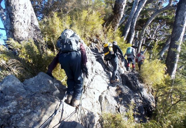 山頂付近の鎖場を通過する