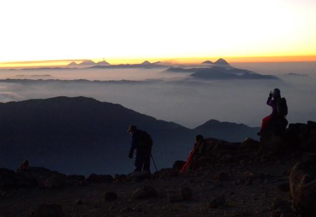 タフムルコ山頂で日の出を待つ
